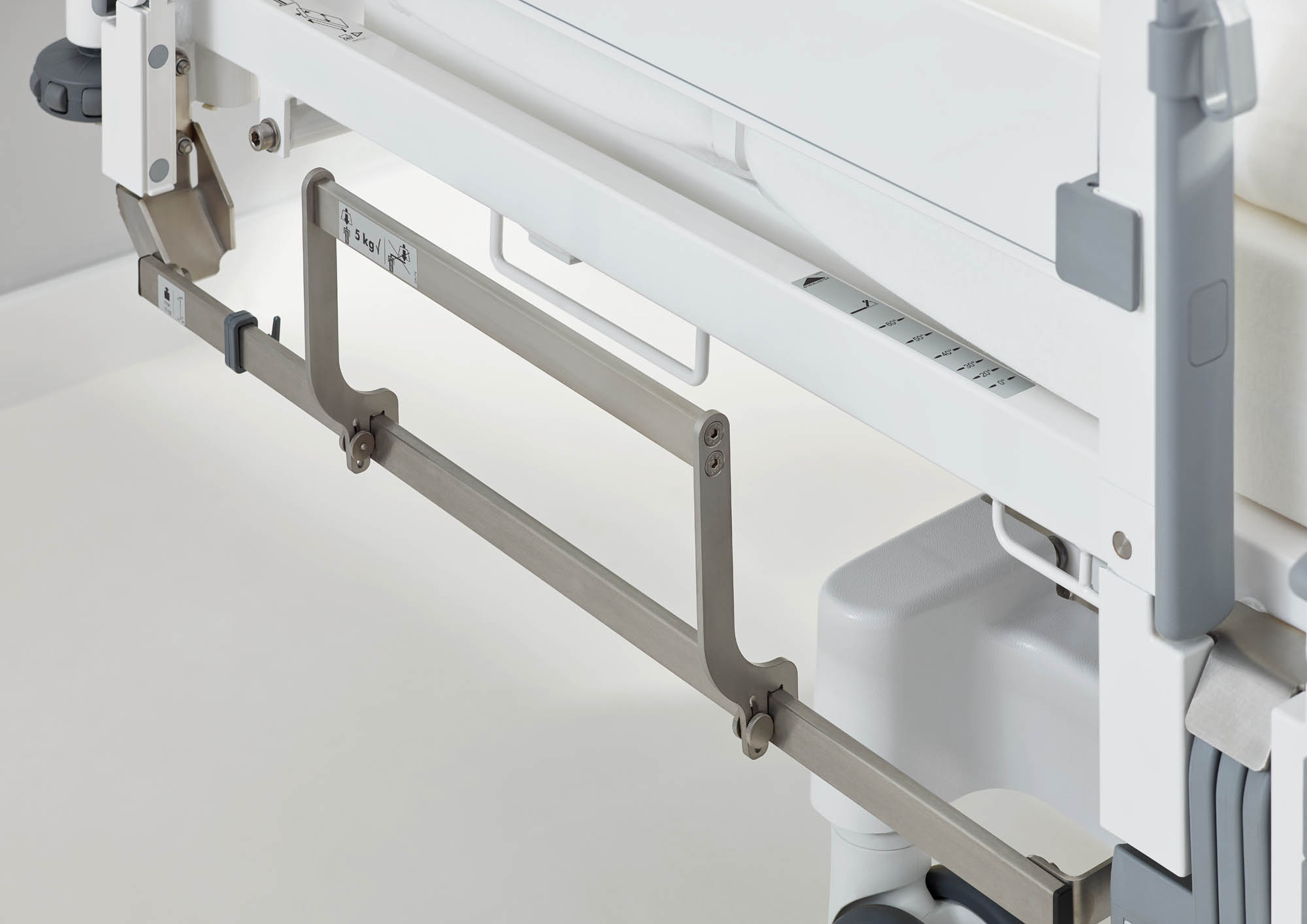 Die Halterung der adaptierbaren Normschiene ist nach oben gebogen, sodass die Schiene immer genügend Abstand zum Fußboden hält.