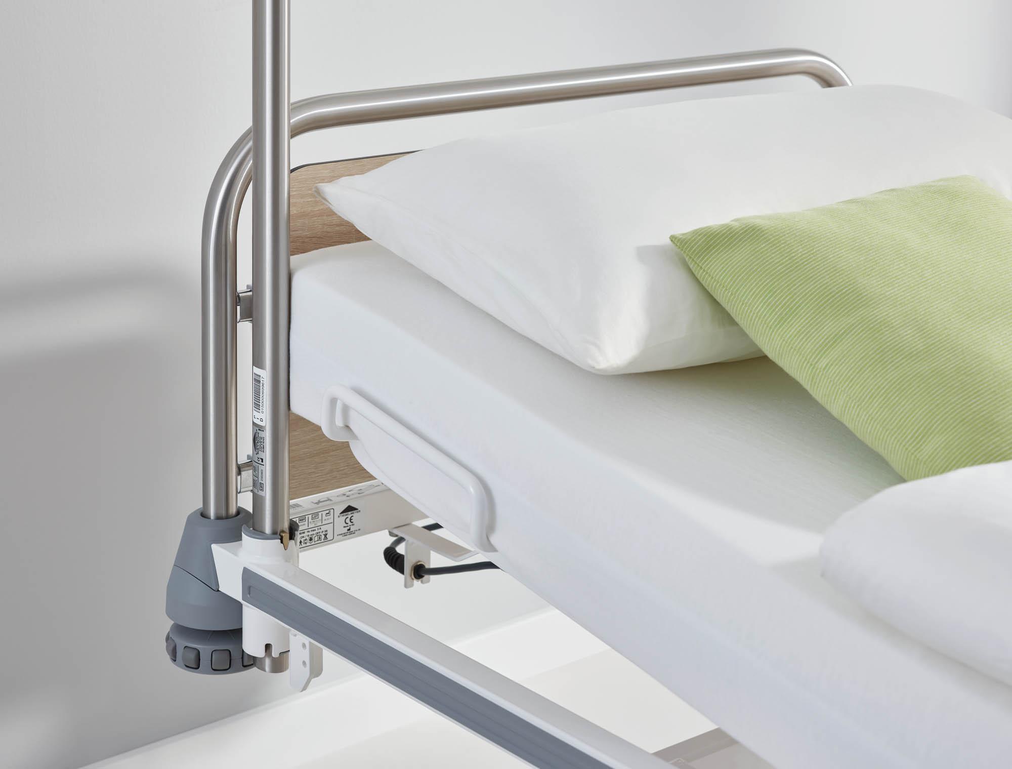 Der Aufrichter kann einfach kopfseitig rechts oder links in die Aufnahmevorrichtungen des Bettes einsteckt werden.
