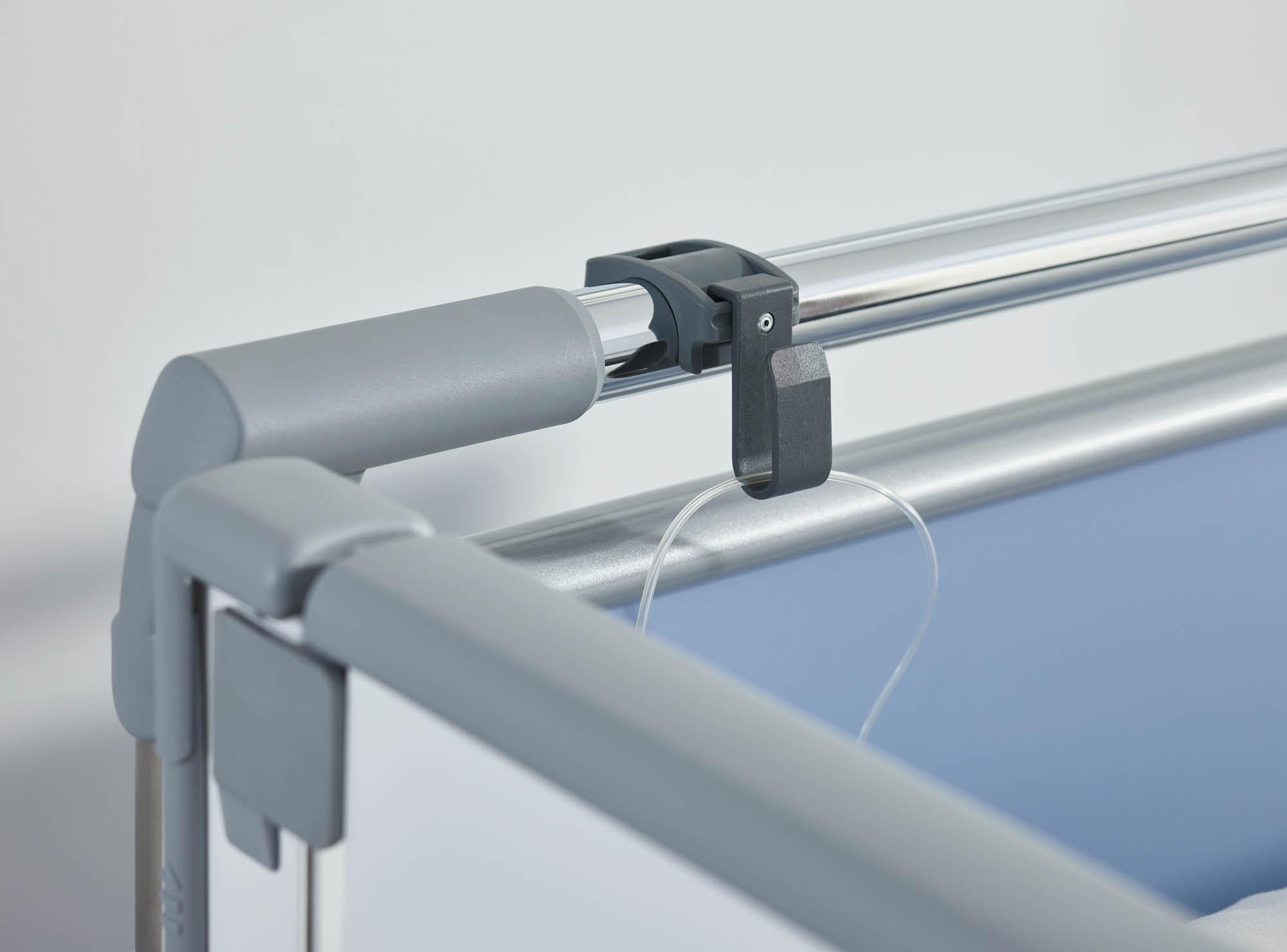 Der Drainageschlauchhalter lässt sich an den Griffleisten der Kopf- und Fußteile befestigen.