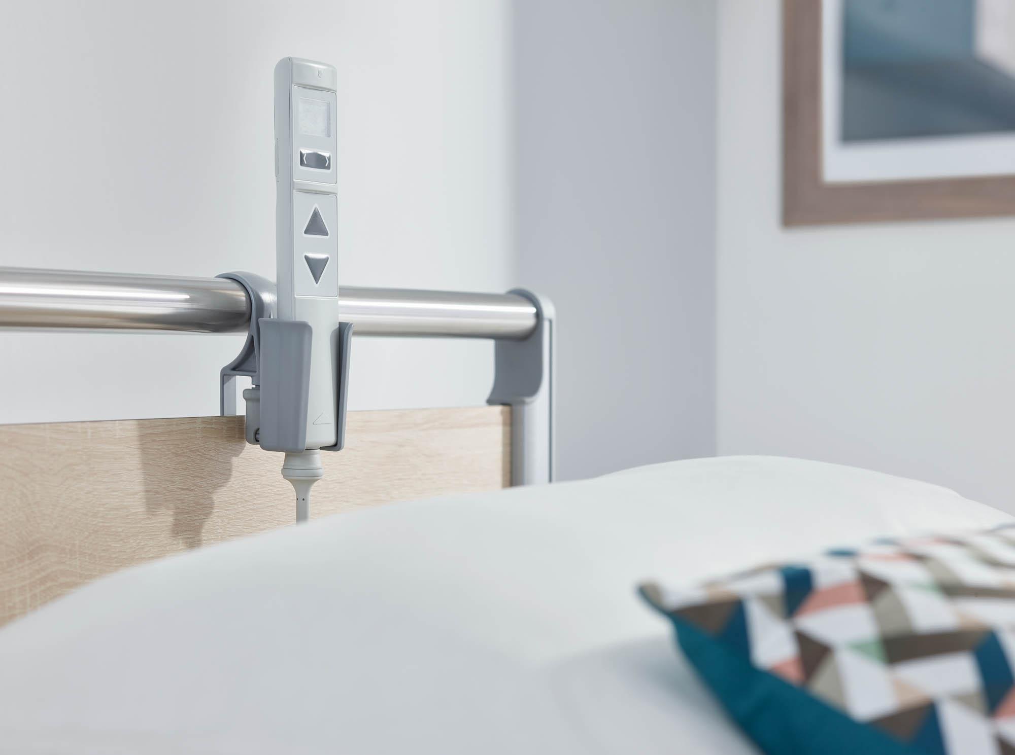 Mit einem maßgeschneiderten Köcher lässt sich der LCD-Handschalter griffbereit am Bettenhaupt platzieren.