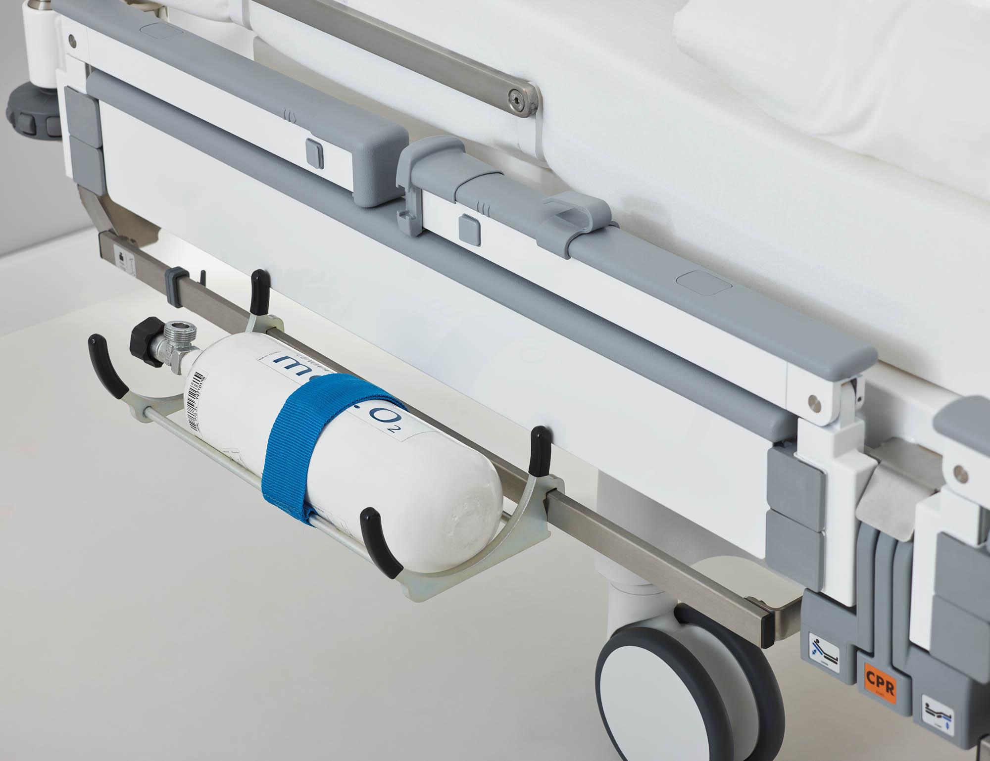 Der Sauerstoffflaschenhalter zum Einhängen an der Edelstahl-Normschiene kann 5-Liter-Flaschen tragen.