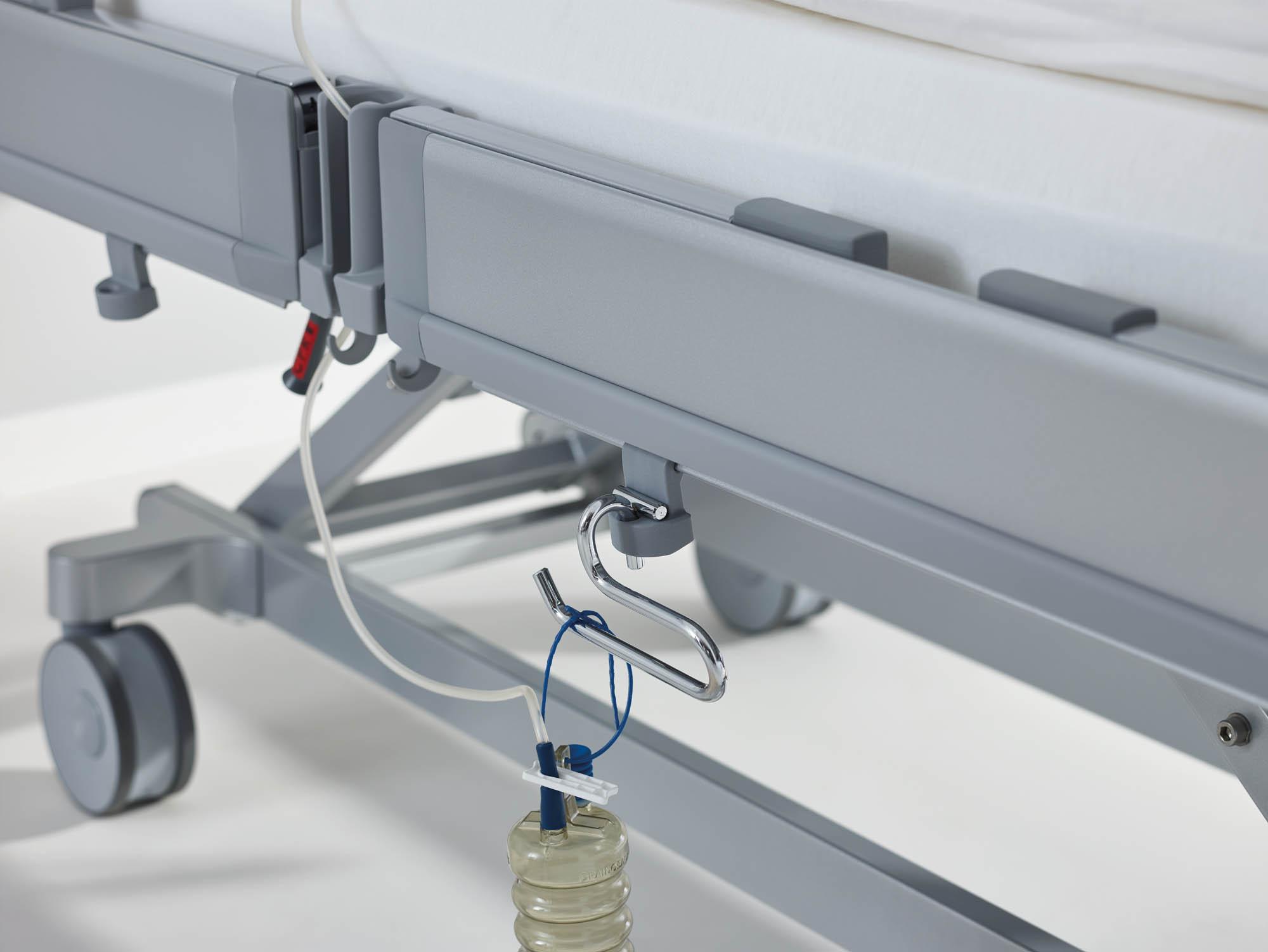Der Universalbügel nimmt Drainagebeutel und Schlauch sicher auf.