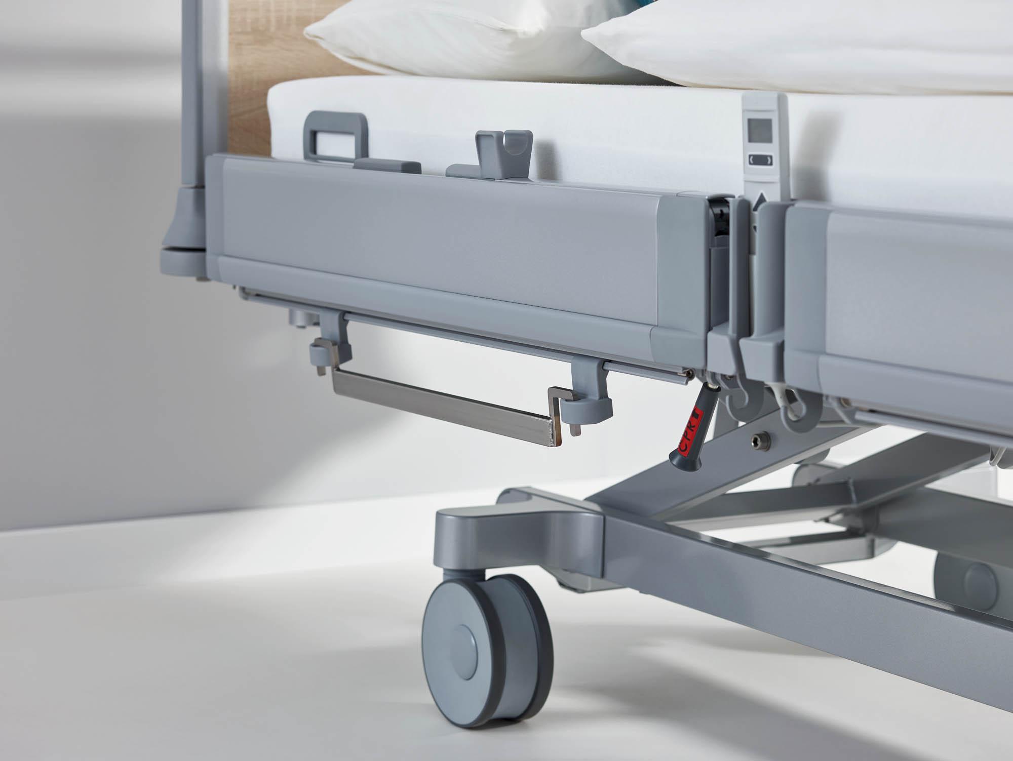 Die einhängbare Edelstahl-Normschiene ist eine praktische Lösung für die Anbringung von Intensivpflege-Equipment an Universalbetten.