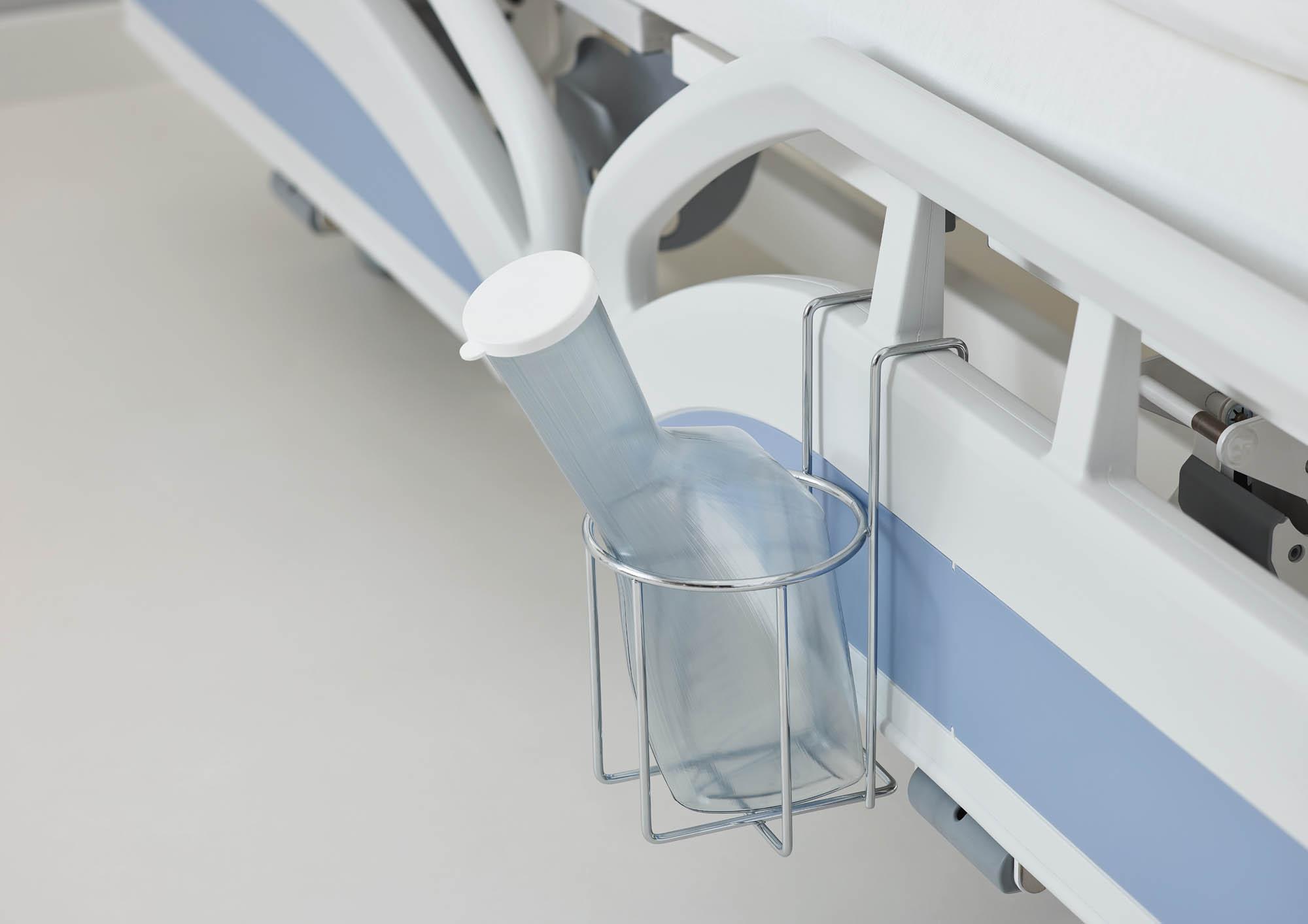 Der praktische Urinflaschenkorb ist für verschiedene Bettenausstattungen lieferbar – hier für die Protega-Seitensicherung des Evario.