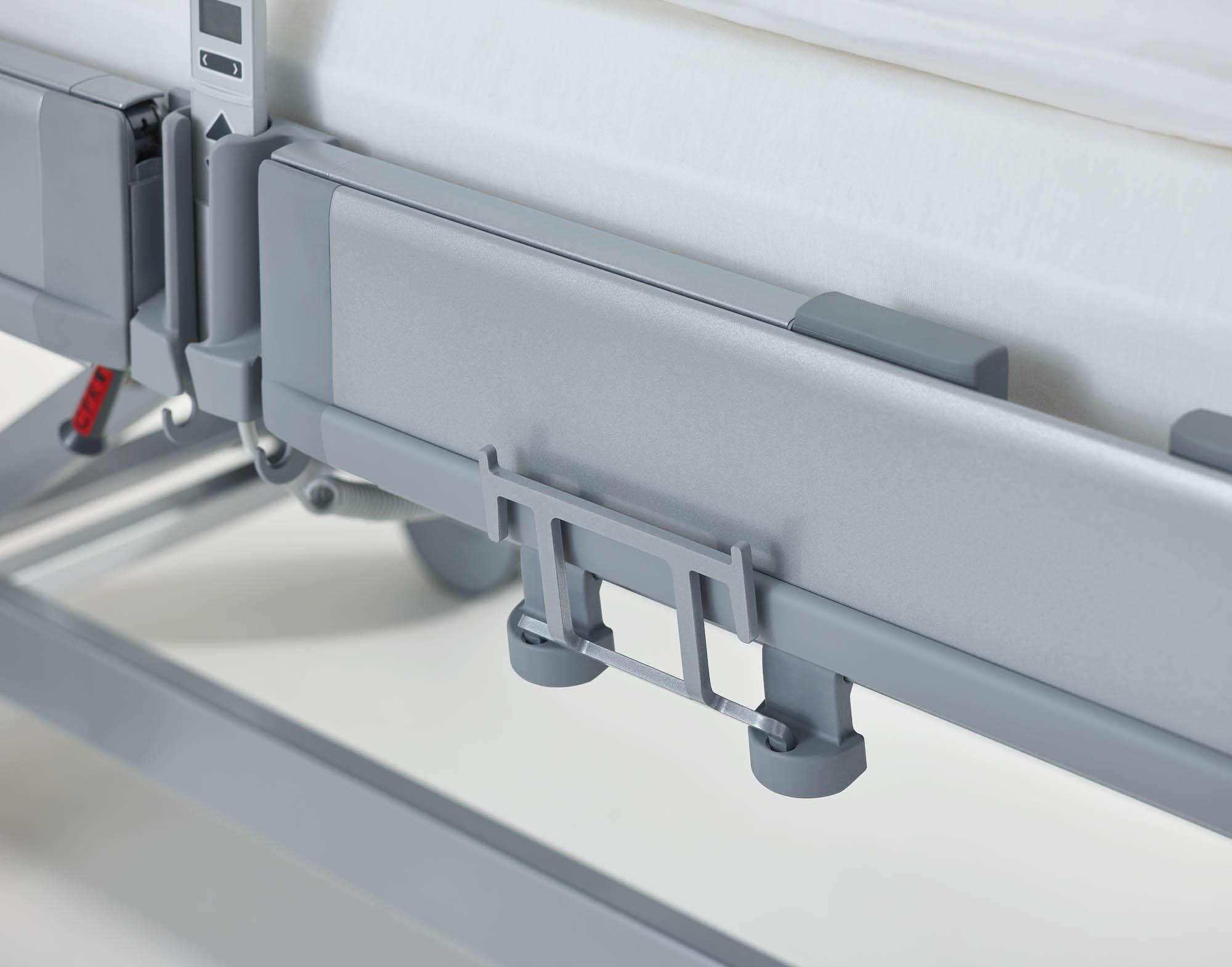 Der Universalhalter besitzt flexiblen Montagehöhen für die tief absenkbare Liegeflächen.