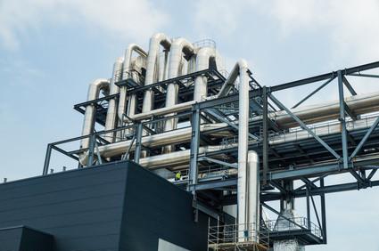 Rohre aus rostfreiem Edelstahl in einer Industrieanlage