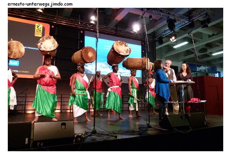 Burundische Trommler. Die haben mit den Trommeln auf dem Kopf gespielt, gesungen und - getanzt!