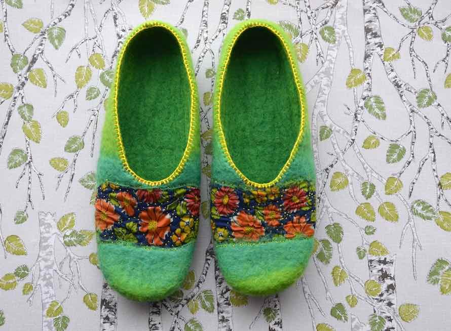 handgefilzte Hausschuhe aus Wolle in grün mit Blumenmuster von Faserverbund
