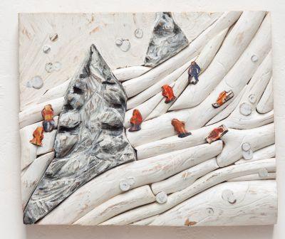 Reinhard Osiander |  Sonntag im Schnee | Pappel, verschiedene Hölzer, bemalt | 50 x 59 x 10 cm | 2016