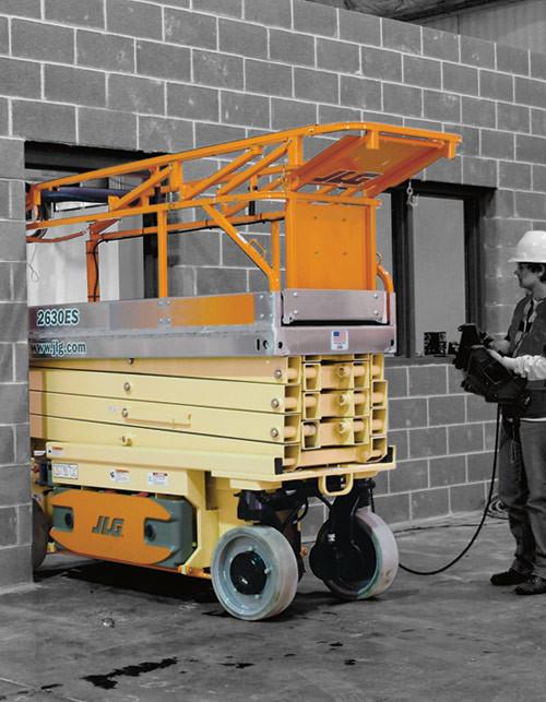 JLG 2630ES, bis 10 m Arbeitshöhe, mit abgeklapptem Geländer passt diese Scherenbühne durch jede Türe, nur 76 cm breit!