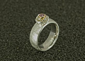 Silberring mit in 750er Gelbgold gefasstem, rosa Spinell (0,2 ct.)