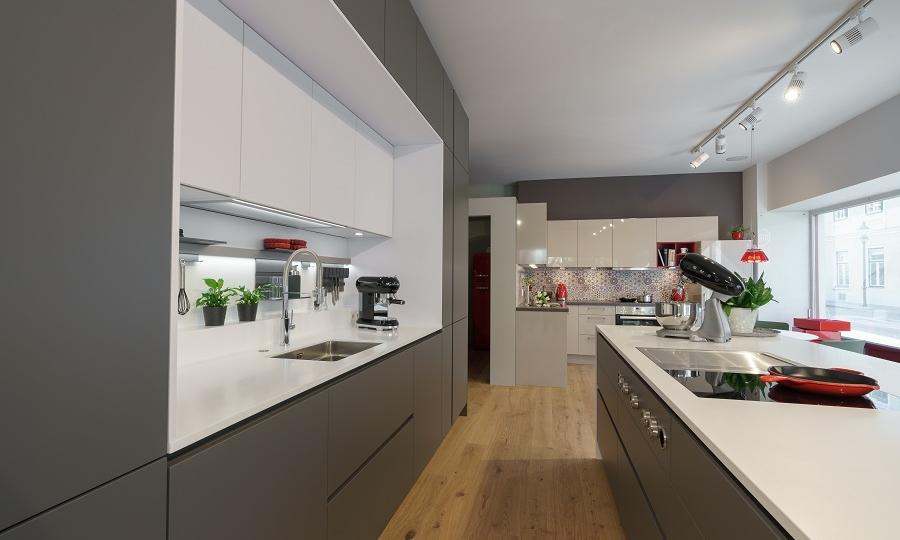 Hier Zeigen Wir Eine Moderne Grifflose Küche Mit Einer Sehr Guten  Ausstattung. Die Küchenzeile Ist Fast 400 Cm Lang Und Die Insel Misst 270 Cm .