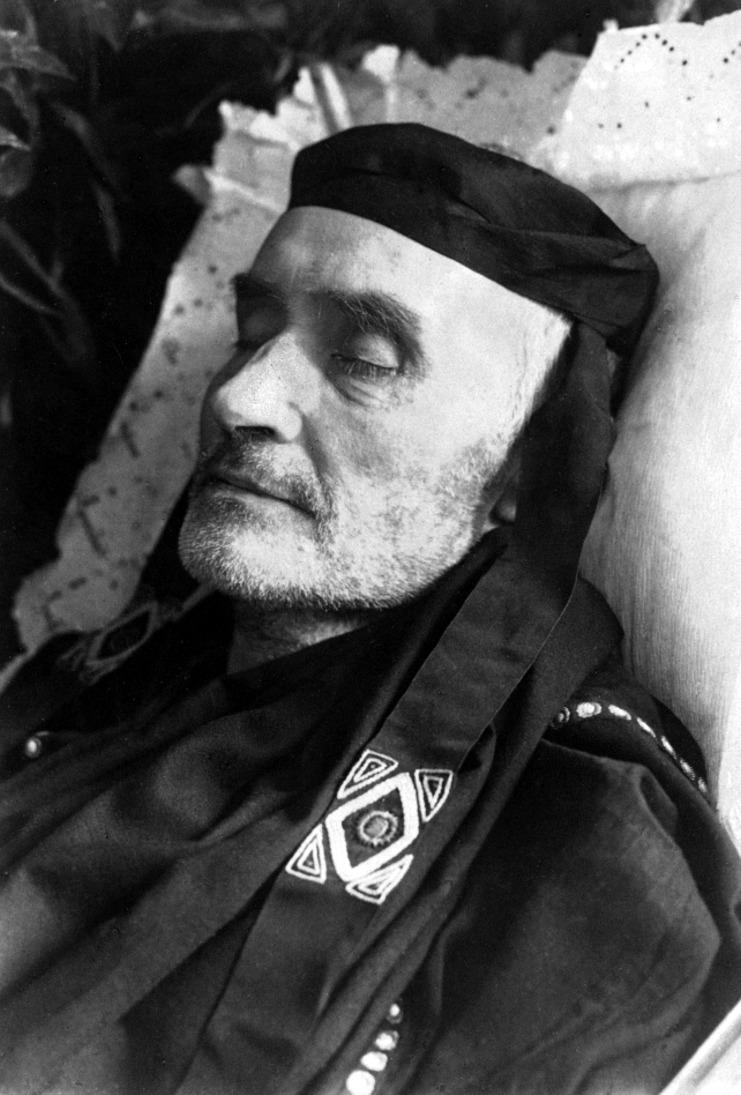 Alfred Schuler in römischer Toga auf dem Totenbett (II)