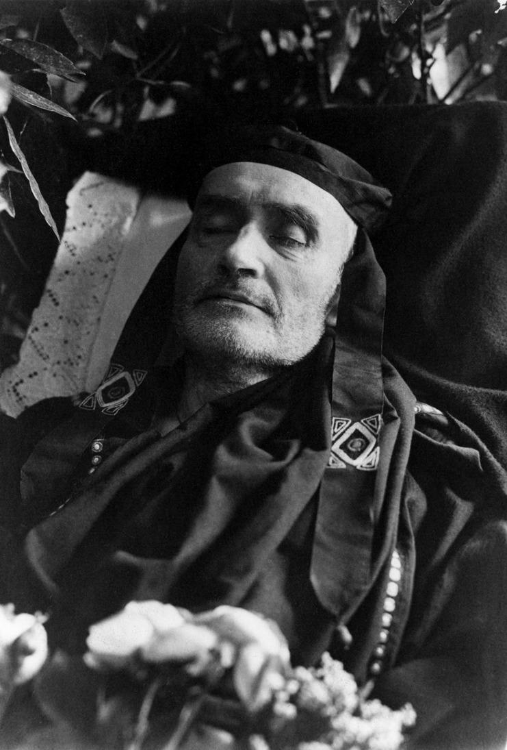 Alfred Schuler in römischer Toga auf dem Totenbett (I)