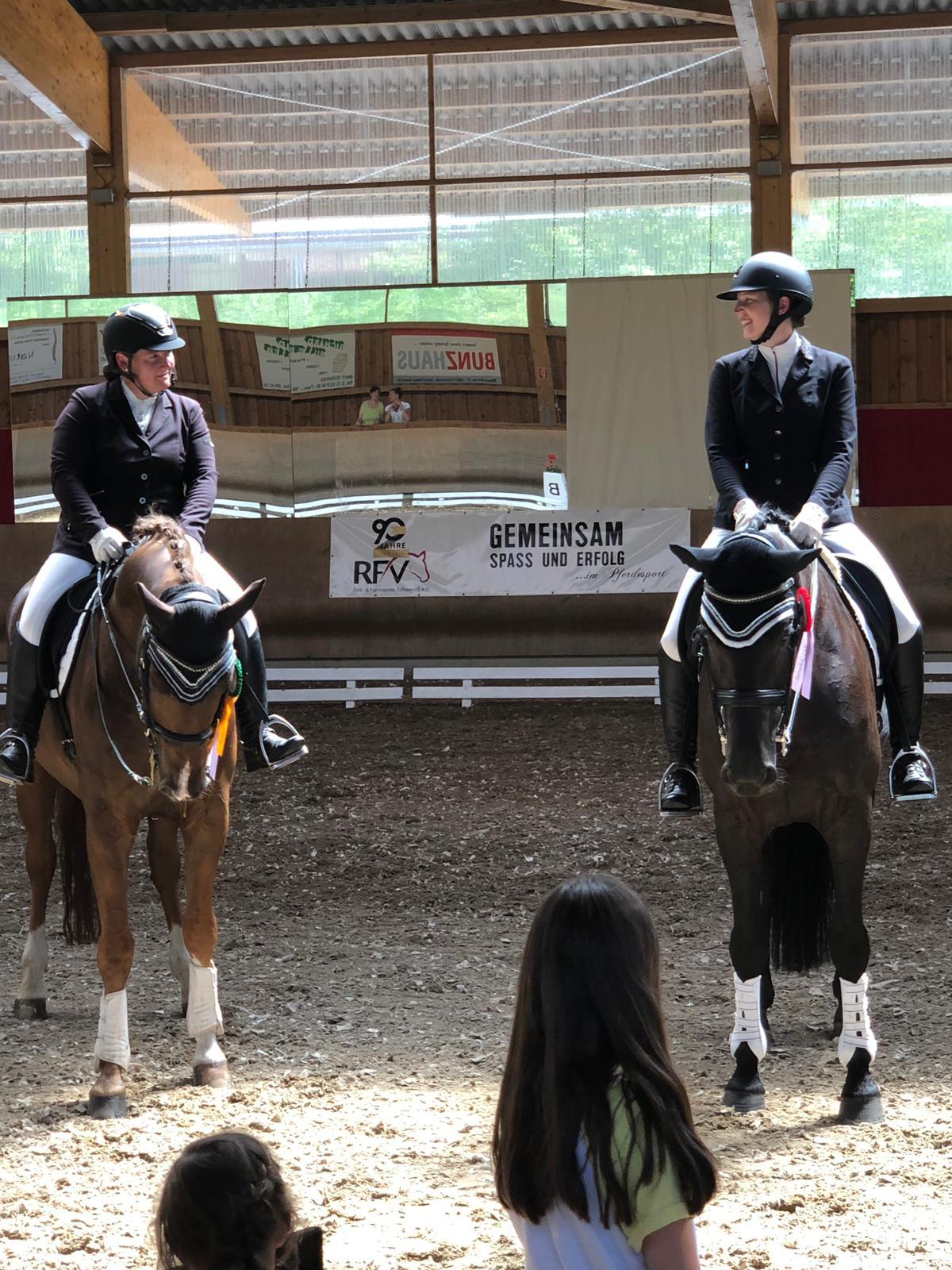 M**-Dressur: Doppelsieg - 1. Platz für Nici und Sierra, 2. Platz für Nici und Franzel und Schülerin Sabrina mit PBM Lovely Lady (Foto: privat)