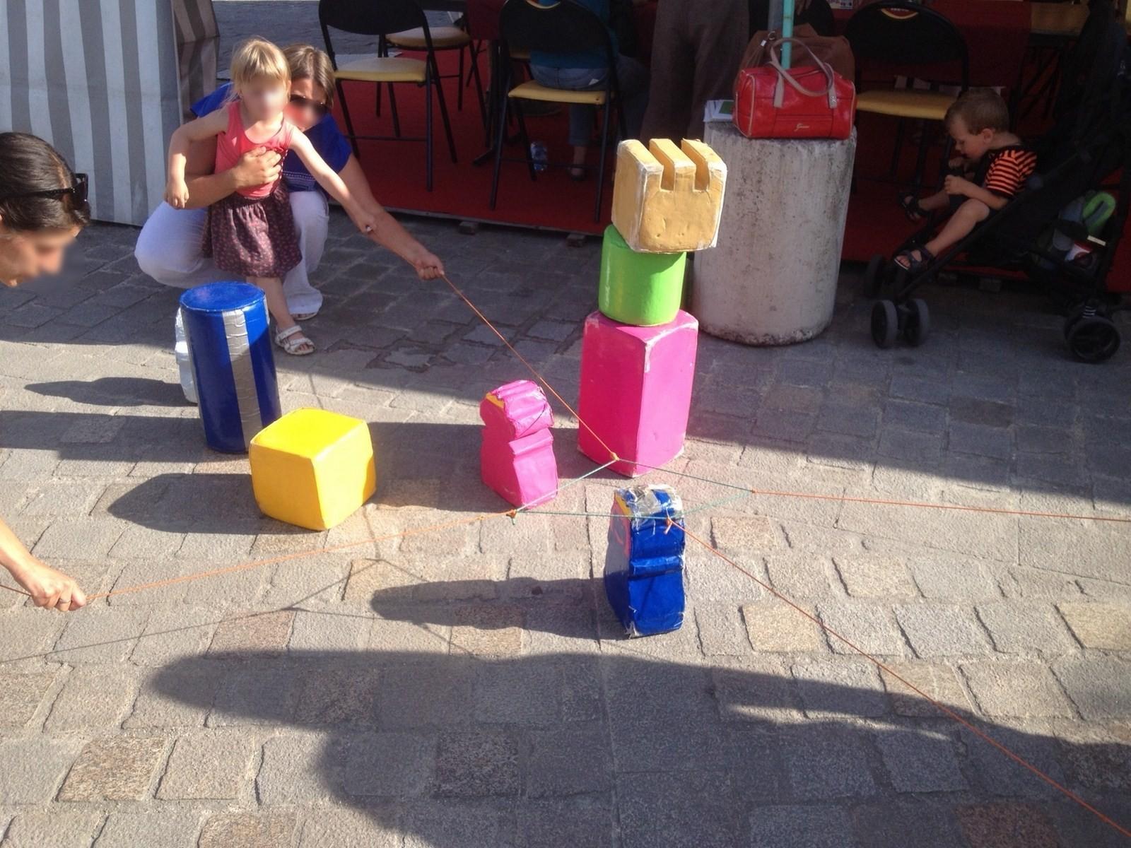 Un super jeu coopératif où tous les joueurs doivent tirer/lâcher un élastique pour attraper un objet ensemble
