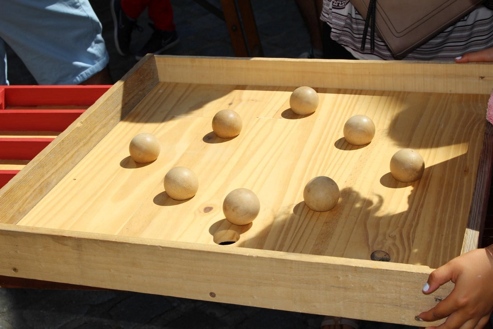 Un jeu d'équilibre où chaque boule doit rentrer dans un trou