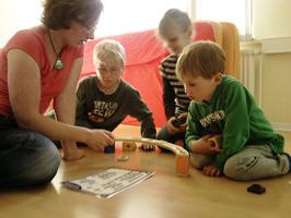 Gruppe von Kindern bei psychomotorischen Übungen