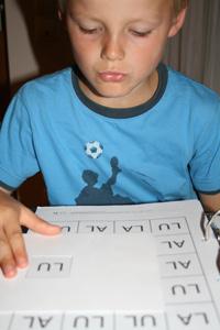 Junge bei einer Übung der Verhaltenstherapie nach IntraActPlus-Konzept