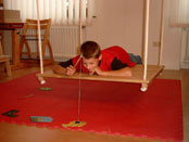 Junge bei einer Übung der sensorischen Integrationstherapie
