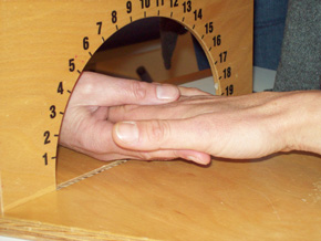 Ebenfalls Ansicht zwei Hände von Ergotherapeut und Patient im Rahmen von weiteren kognitiv-therapeutischen Übungen nach Perfetti