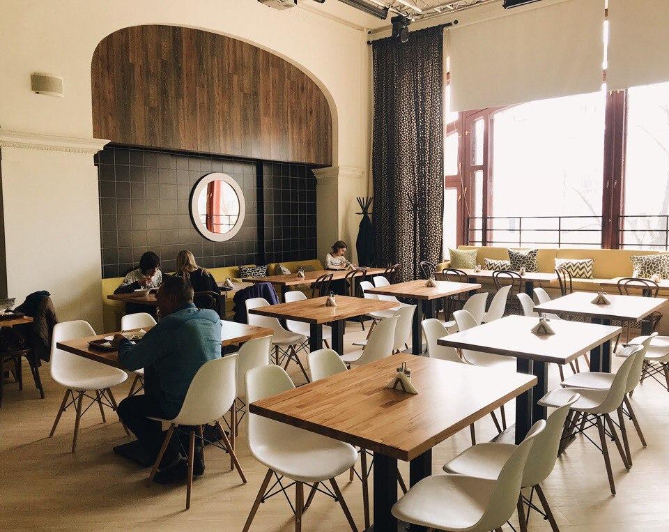 Оформление ресторана еще не окончено, но посетители уже есть!