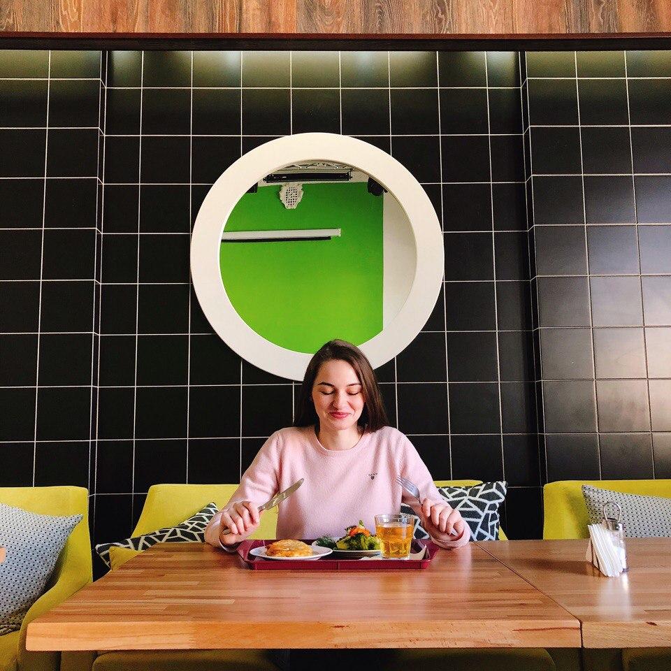 Довольная посетительница в реализованном ресторане