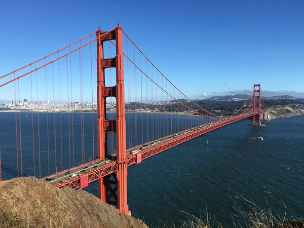 ゴールデンゲートブリッジ越しに見えるサンフランシスコ(カリフォルニア州)