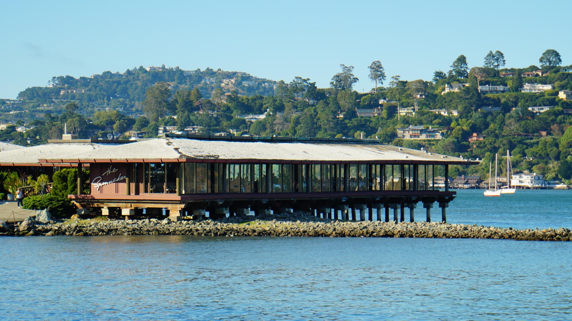 対岸にサンフランシスコの街並みが見える、おしゃれな観光地サウサリートにあるオーシャンビューのレストラン(カリフォルニア州)