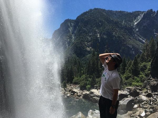 北アメリカ最大の落差があるヨセミテ滝を見上げる(カリフォルニア州)