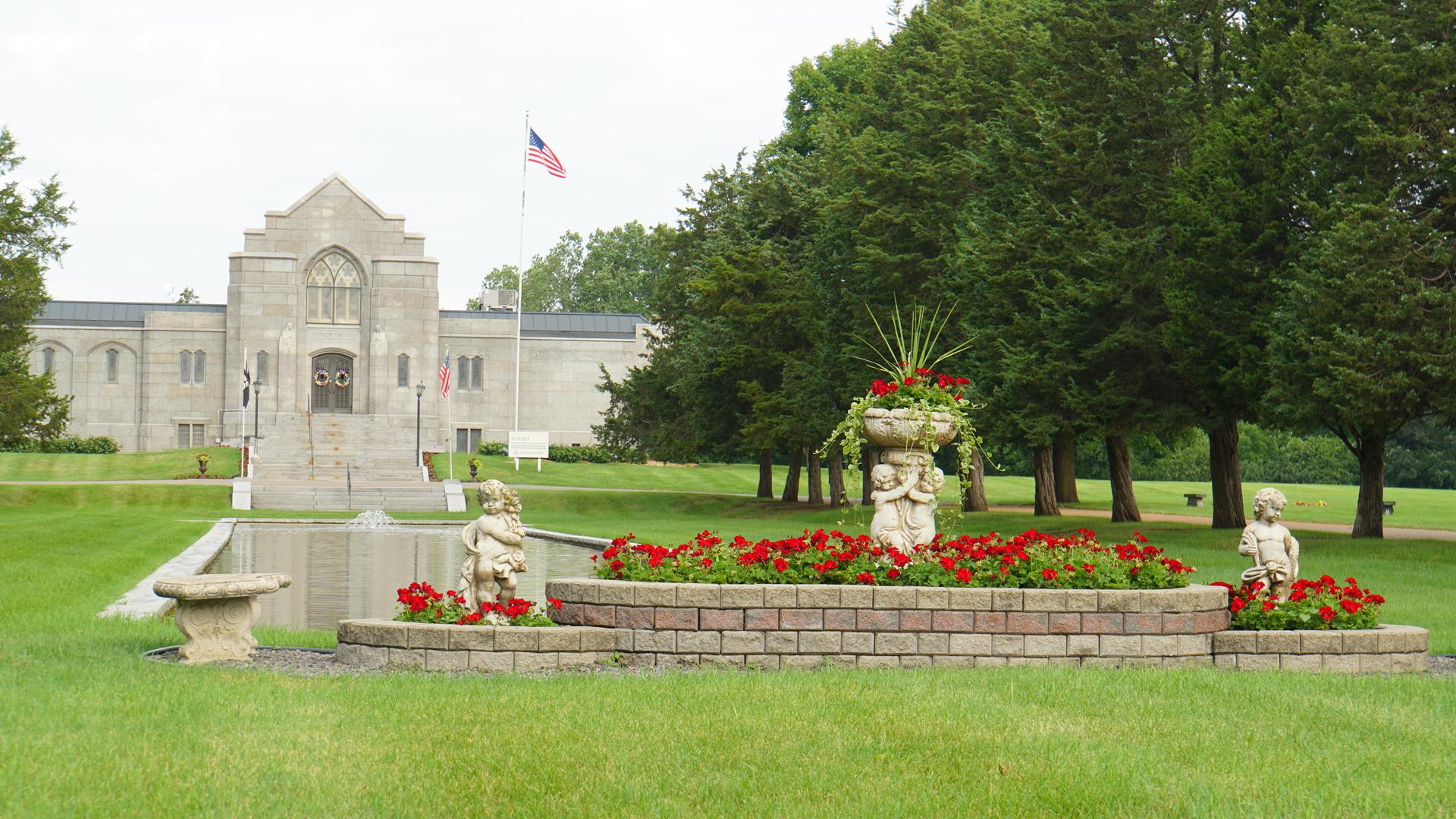 緑豊かな広大で明るい墓地公園。主派によって墓石や記銘プレートなどの違いがある(ミネソタ州)