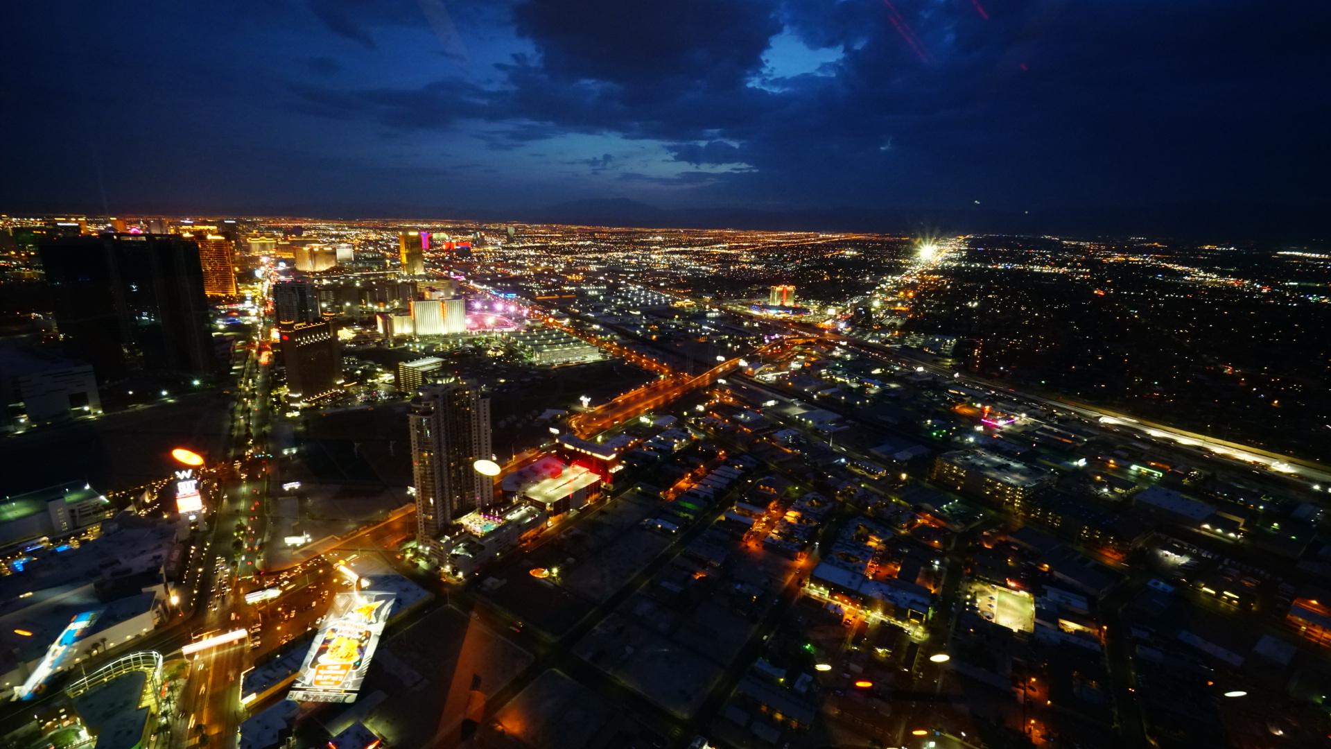 300メートルのタワー頂上の回転レストランから見る、ラスベガスストリップ(中心街)の夜景(ネバダ州)