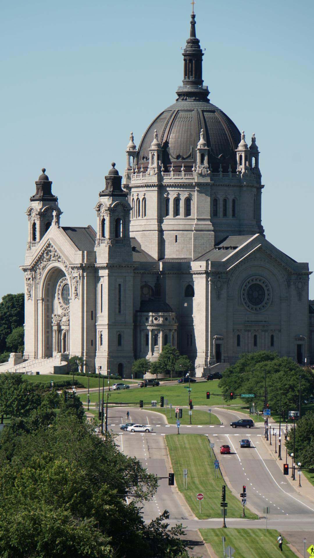 遠くから撮らないとカメラに収まらない巨大なセントポール大寺院。旅行者でも礼拝中、結婚式中に自由に出入りできる(ミネソタ州)