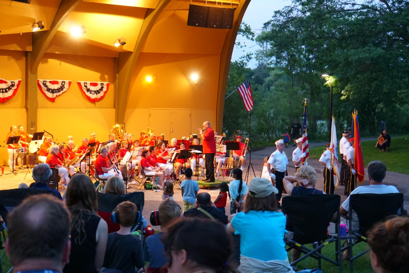 5軍OB代表を迎えた独立記念セレモニーとコンサート。終了後同じ市立公園内湖上で記念花火大会(ミネソタ州)