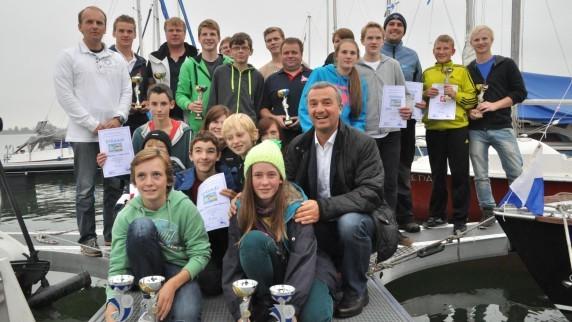 Oberbürgermeister Gerhard Jauernig (vorne rechts) mit den Gewinnern der zweitägigen Sauerkrautregatta der Skipper Gilde Schwaben. Der Verein, der seinen Sitz am Mooswaldsee nördlich von Günzburg hat, hat sein 40-jähriges Bestehen gefeiert.