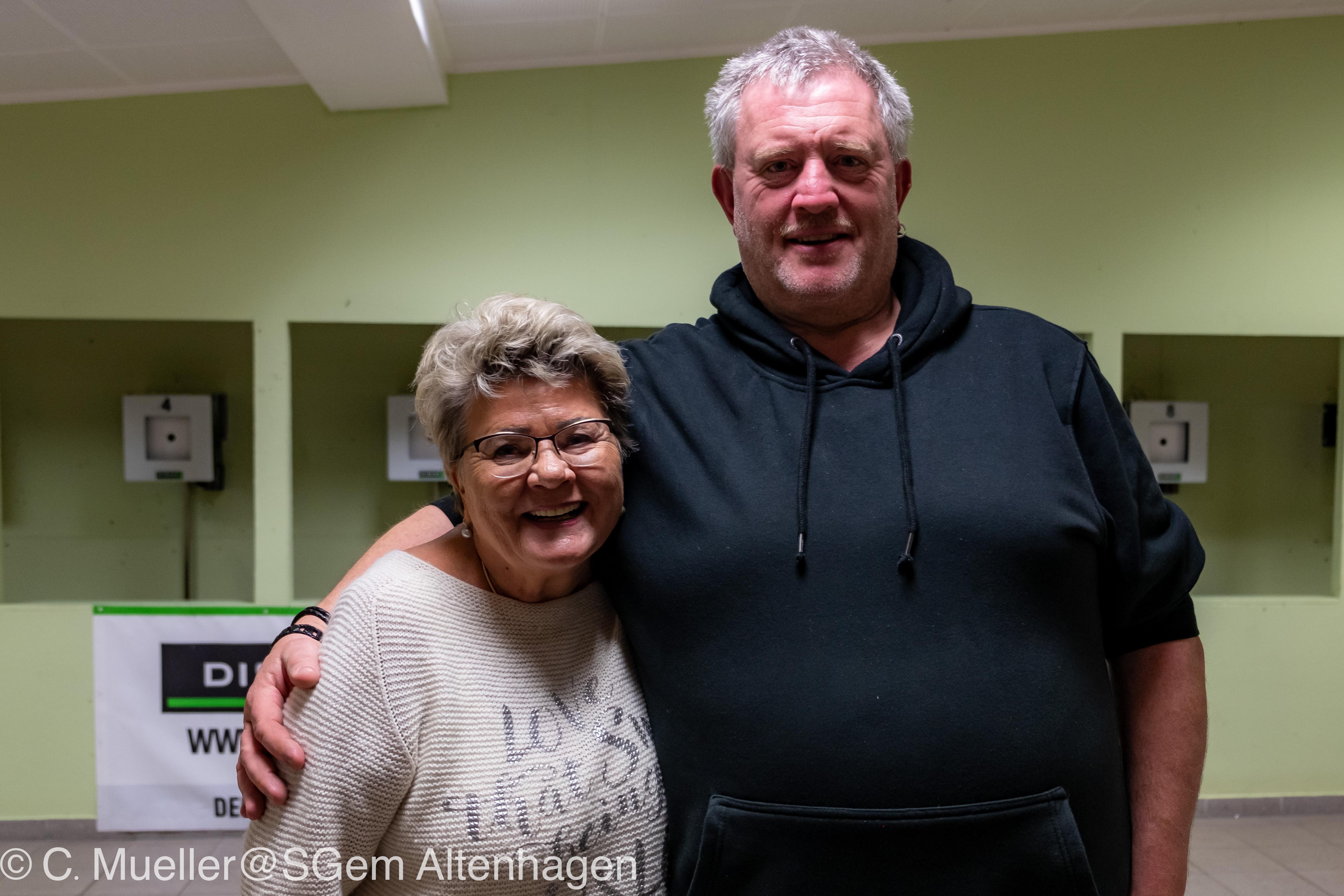 Foto: Heinemann Gahlau - Sieger des Skat- und Knobelturniers Jutta Thees und Heinz Bortels