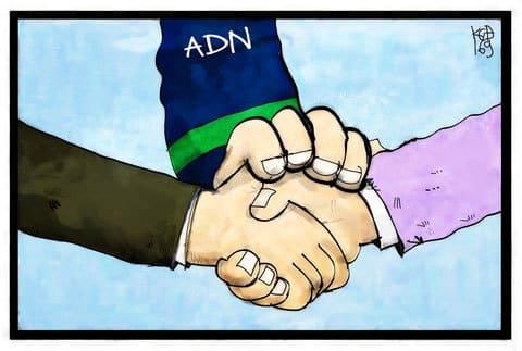 Handschlag zwischen Mandanten und Glaeubigern zum Vergleichsvorschlag mit ADN