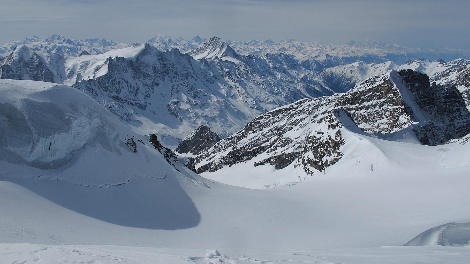Lötschental und dahinter die Walliser Berge