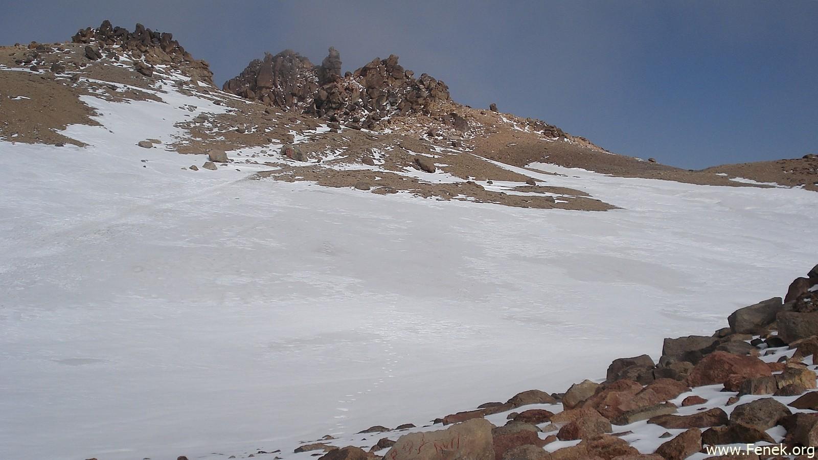 Schneefeld unterhalb des Gipfels