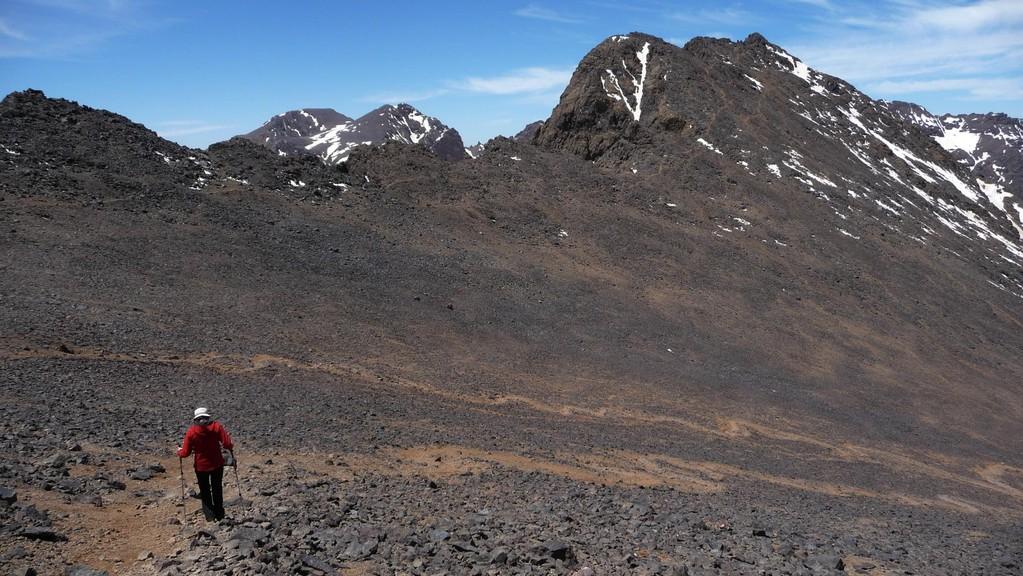 im Abstieg - vor uns der Toubkal West