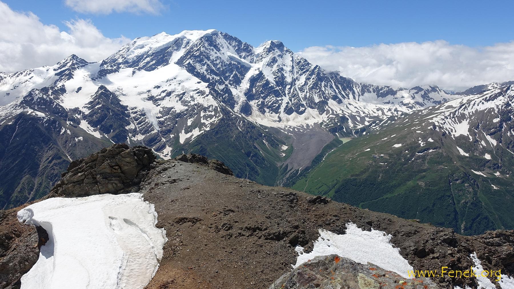noch ein Blick vom Gipfel zu zwei Viertausender