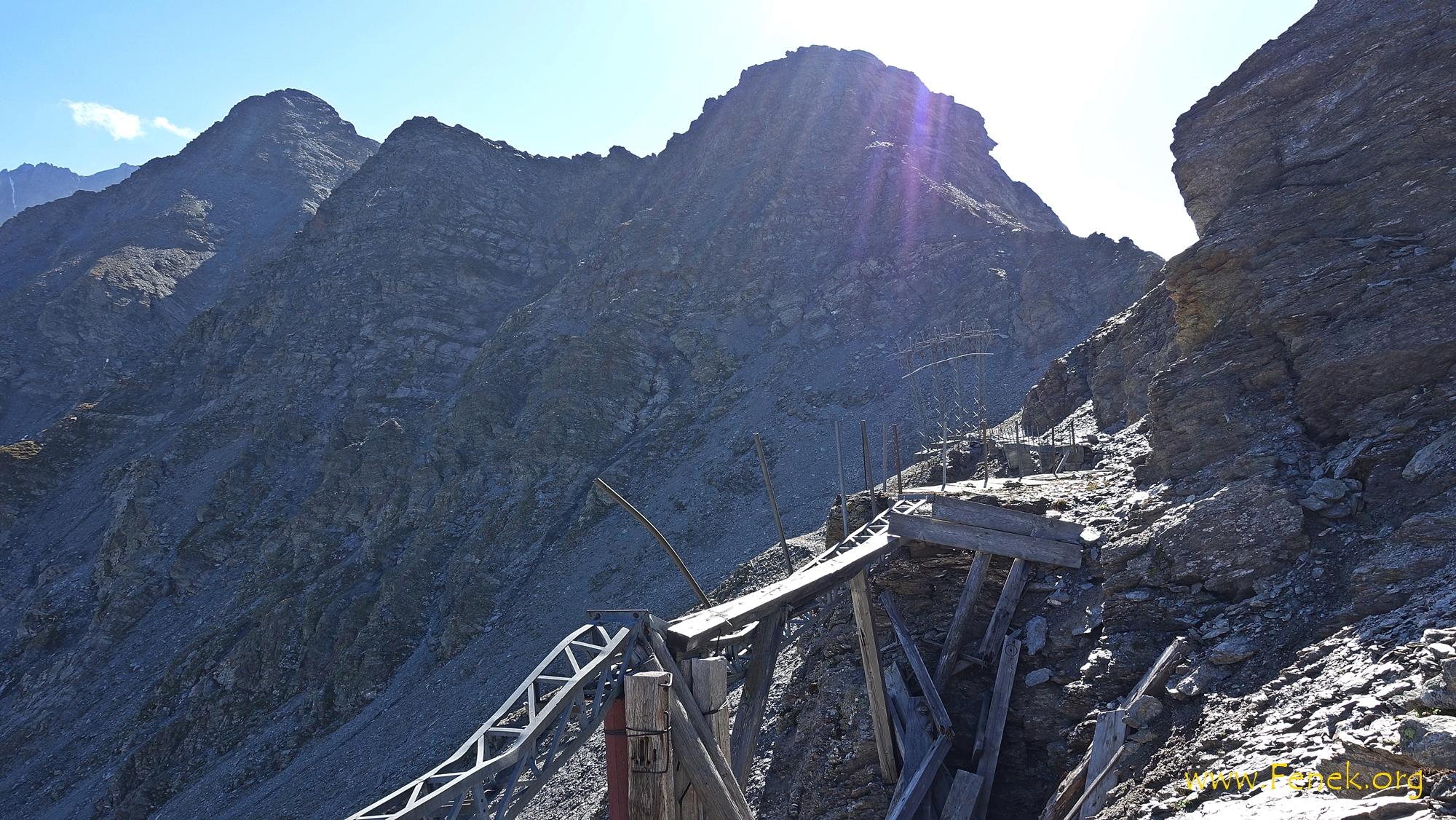 Ruinen einer Skiliftstation - links Gipfel Les Rayons de la Madeleine