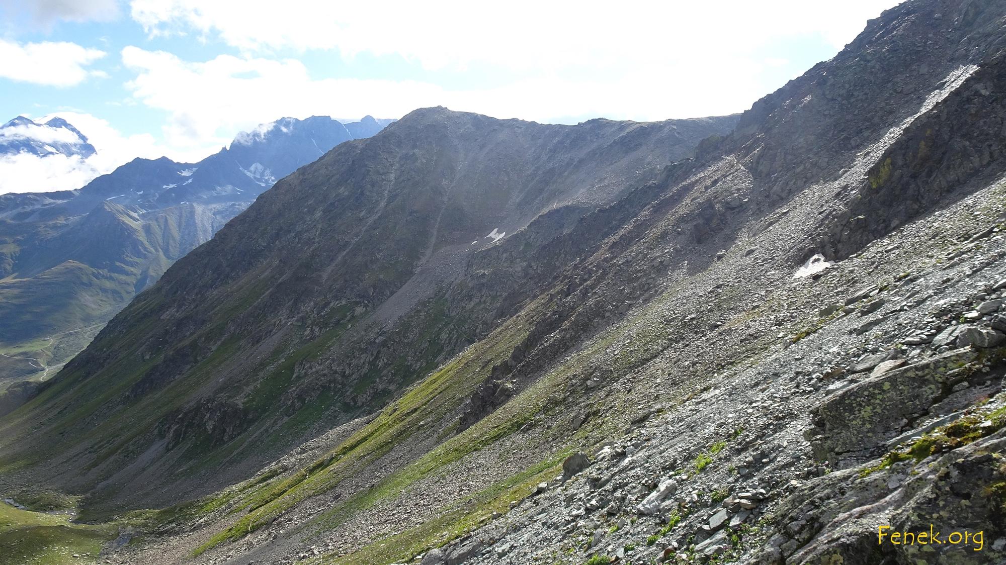 Rückblick zum Nordosthang und dem ersten Gipfel