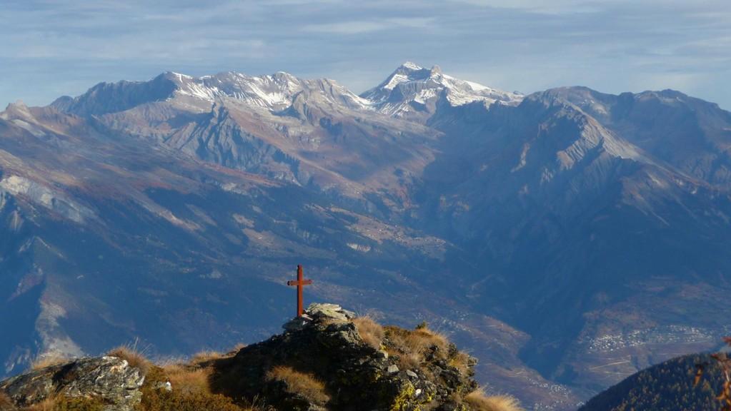 Gipfelkreuz La Chaux hoch über dem Rhonetal