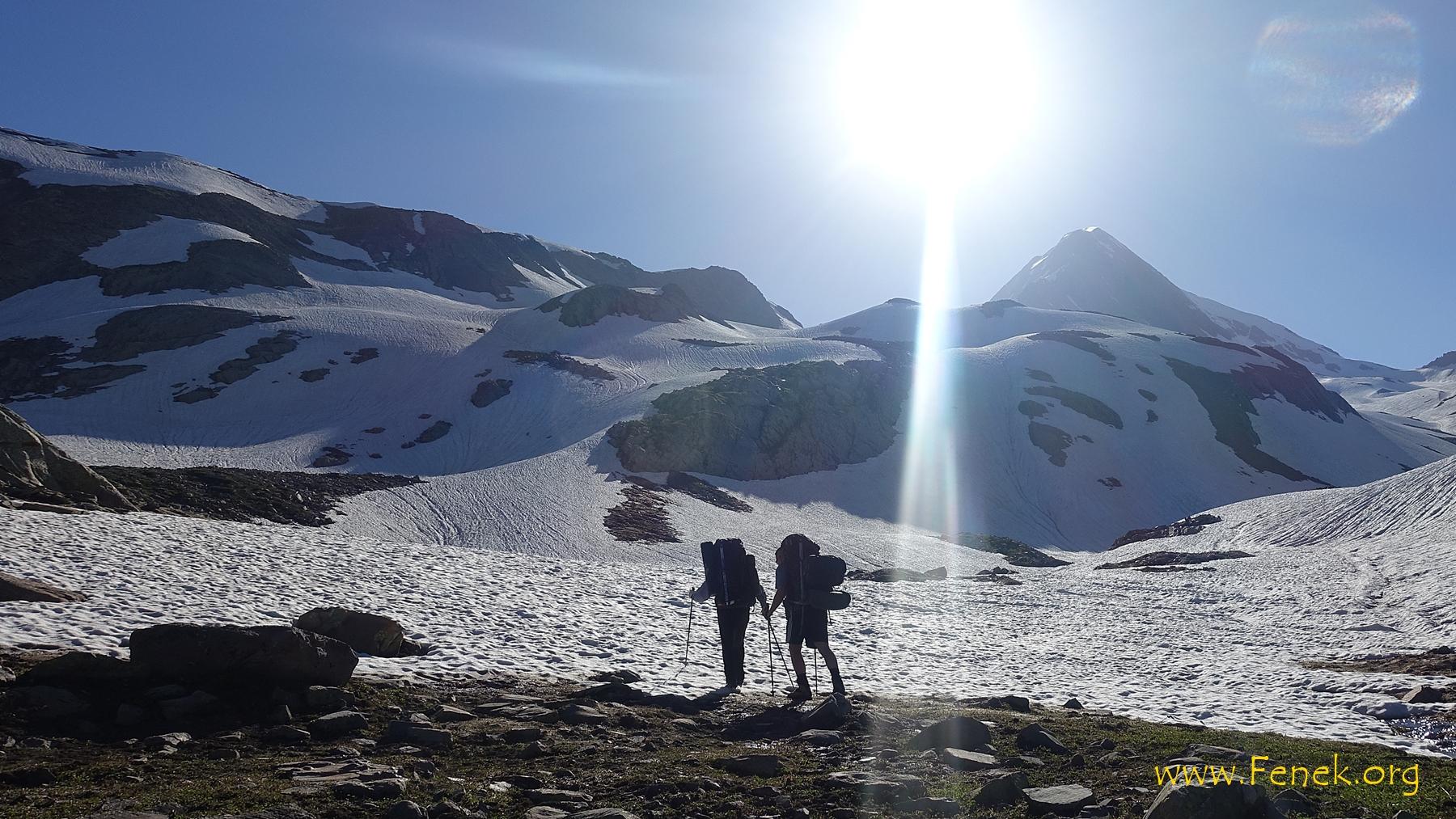 der Gipfel wird sichtbar - links davon wird unser Biwakplatz sein