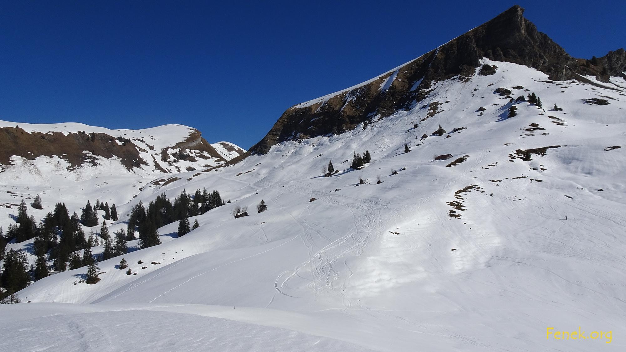 Unter dem Schülberg geht es dem Hang entlang zu den beiden Gipfeln in der Ferne