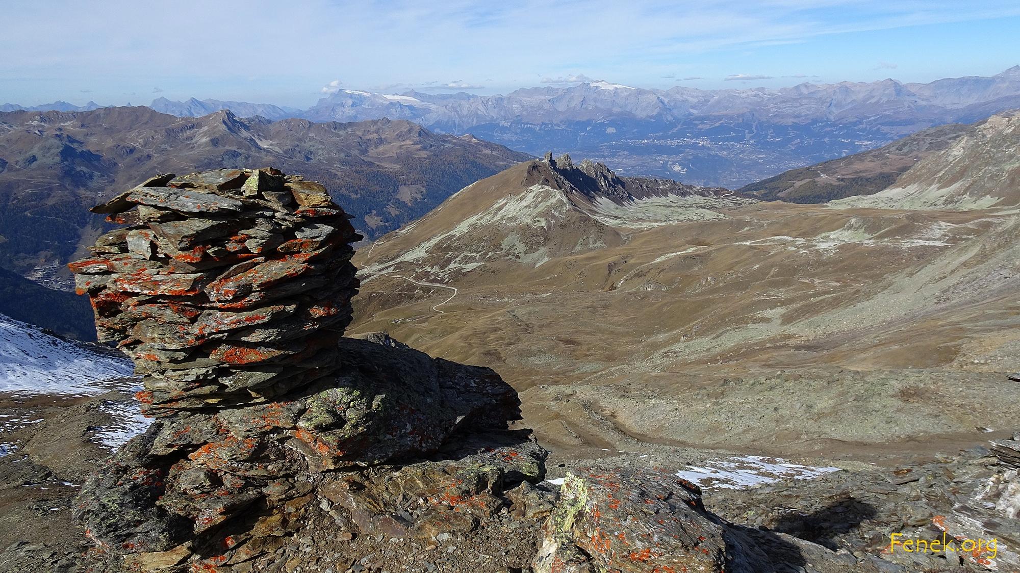 Gipfelsteinmann L'Omen Roso - hinten Rhonetal und Wildhorn