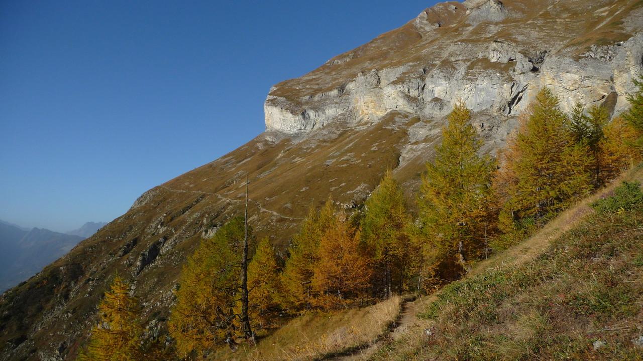 der Wanderweg führt entlang den Felsen