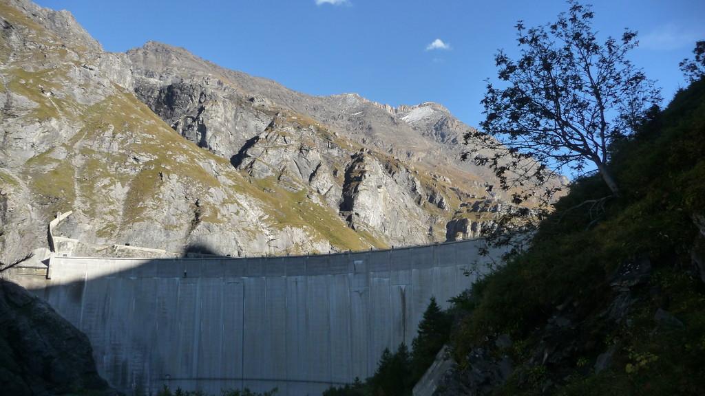 die Staumauer un der begangene Grat
