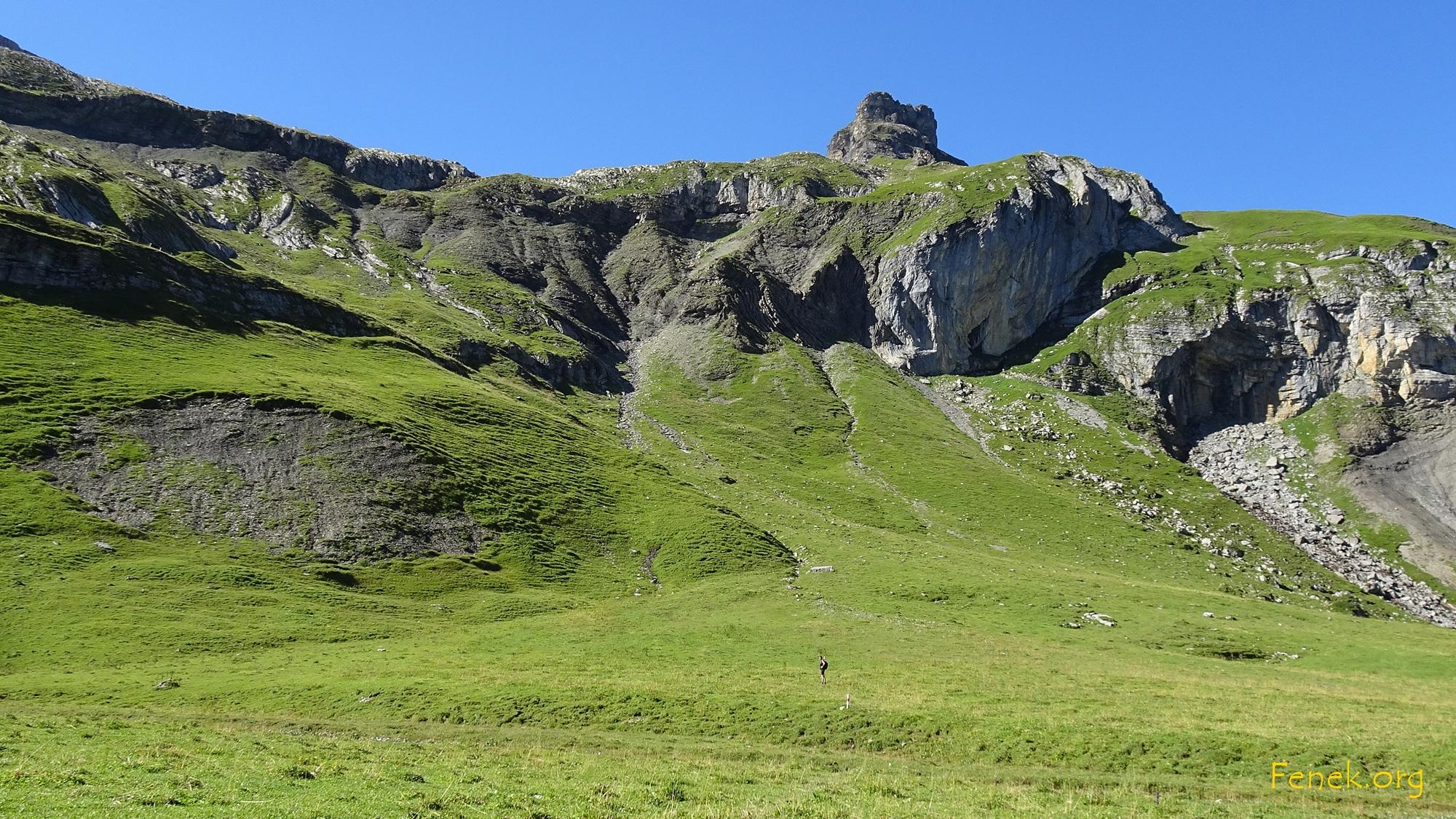 Auf der Alp Hochie schauen wir zu unserem Ziel hinauf....